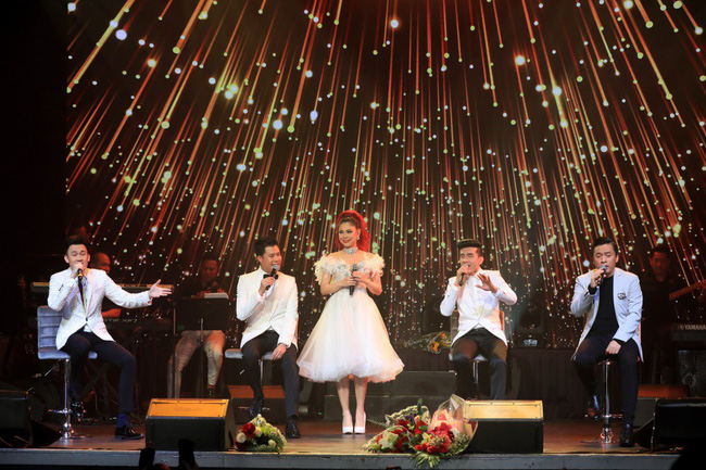Dù có sự xuất hiện của chồng và con gái, Thanh Thảo vẫn tình tứ với dàn sao nam nổi tiếng trong liveshow - Ảnh 18.