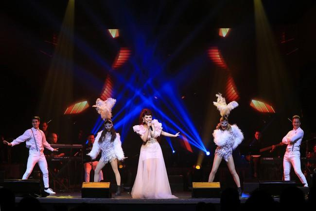 Dù có sự xuất hiện của chồng và con gái, Thanh Thảo vẫn tình tứ với dàn sao nam nổi tiếng trong liveshow - Ảnh 19.