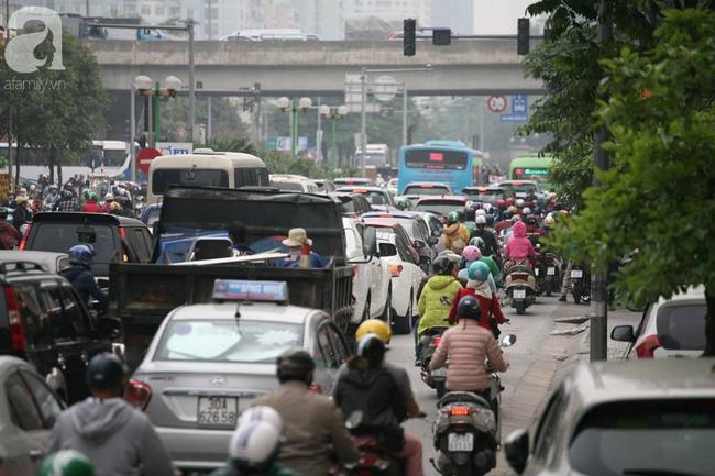 Hà Nội: Người dân trên đường Nguyễn Trãi phản ứng gay gắt sau thông tin sẽ cấm xe máy  - Ảnh 6.