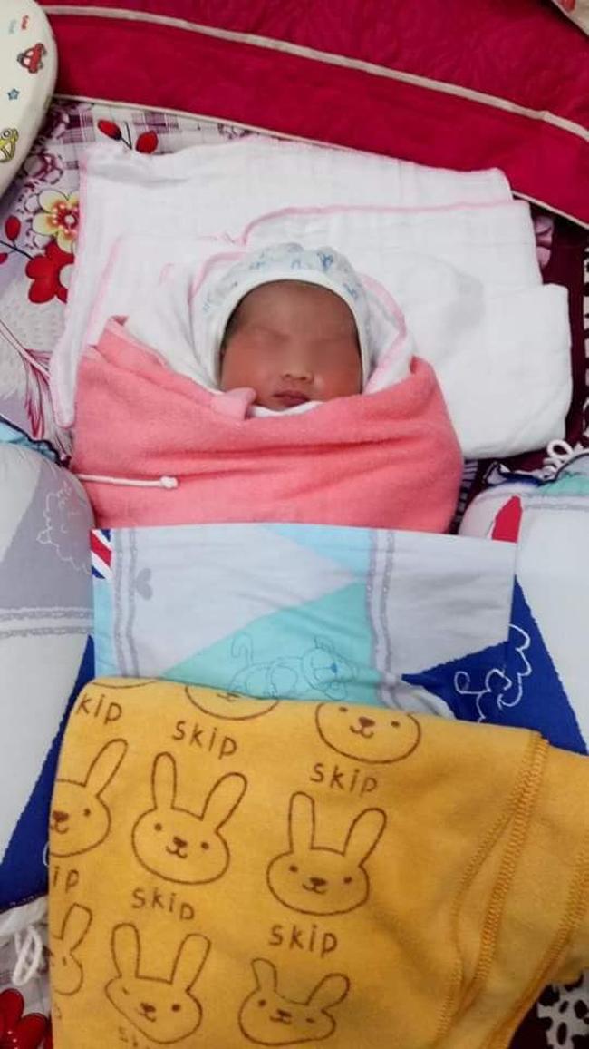 Nghệ An: Bé gái 1 ngày tuổi bị bỏ rơi trước cổng nhà dân - Ảnh 1.