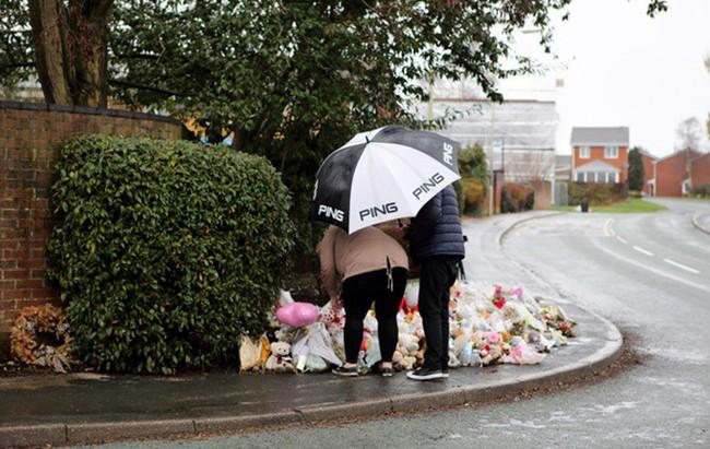 Đám tang ngập tràn hoa và gấu bông, có cả xe cảnh sát hộ tống, phía sau đó là một câu chuyện đau lòng của 4 đứa trẻ cùng chung một số phận - Ảnh 7.