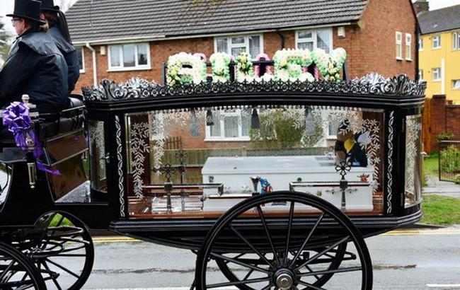 Đám tang ngập tràn hoa và gấu bông, có cả xe cảnh sát hộ tống, phía sau đó là một câu chuyện đau lòng của 4 đứa trẻ cùng chung một số phận - Ảnh 14.