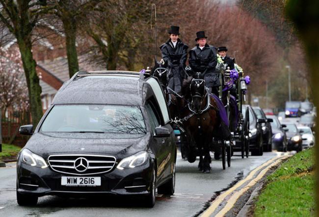 Đám tang ngập tràn hoa và gấu bông, có cả xe cảnh sát hộ tống, phía sau đó là một câu chuyện đau lòng của 4 đứa trẻ cùng chung một số phận - Ảnh 13.