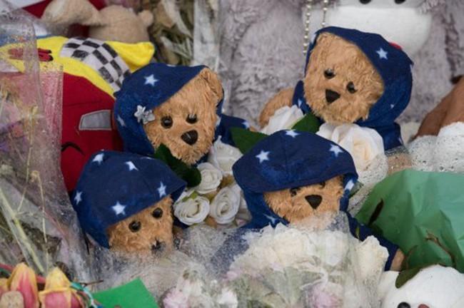 Đám tang ngập tràn hoa và gấu bông, có cả xe cảnh sát hộ tống, phía sau đó là một câu chuyện đau lòng của 4 đứa trẻ cùng chung một số phận - Ảnh 3.