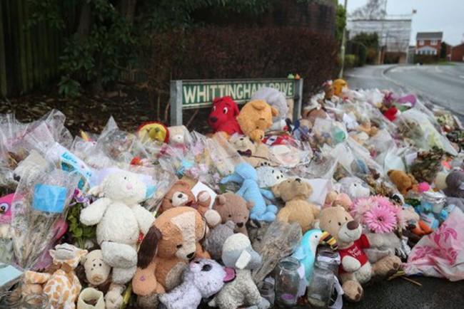 Đám tang ngập tràn hoa và gấu bông, có cả xe cảnh sát hộ tống, phía sau đó là một câu chuyện đau lòng của 4 đứa trẻ cùng chung một số phận - Ảnh 5.