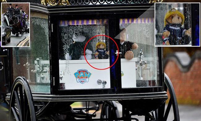 Đám tang ngập tràn hoa và gấu bông, có cả xe cảnh sát hộ tống, phía sau đó là một câu chuyện đau lòng của 4 đứa trẻ cùng chung một số phận - Ảnh 9.