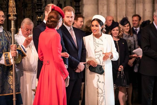 Hết thời liếc mắt nhìn mẹ chồng, Công nương Kate gây bất ngờ khi có khoảnh khắc chưa từng có với bà Camilla - Ảnh 2.