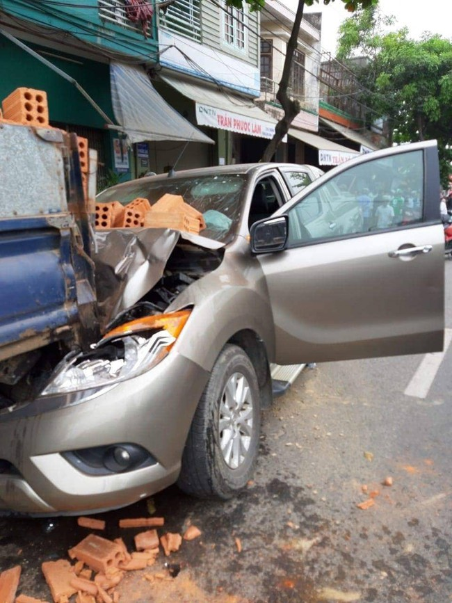 Dừng xe máy nghe điện thoại, nam thanh niên ở Đà Nẵng bị ô tô tông văng lên vỉa hè, chấn thương sọ não - Ảnh 1.