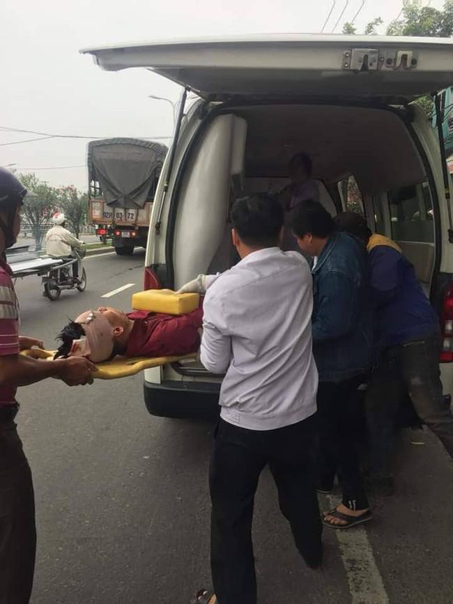 Dừng xe máy nghe điện thoại, nam thanh niên ở Đà Nẵng bị ô tô tông văng lên vỉa hè, chấn thương sọ não - Ảnh 2.