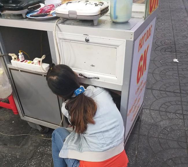 Bức ảnh bé con nằm tạm dưới hộc tủ xe đẩy, theo mẹ đi mưu sinh khiến dân mạng xúc động mạnh - Ảnh 2.