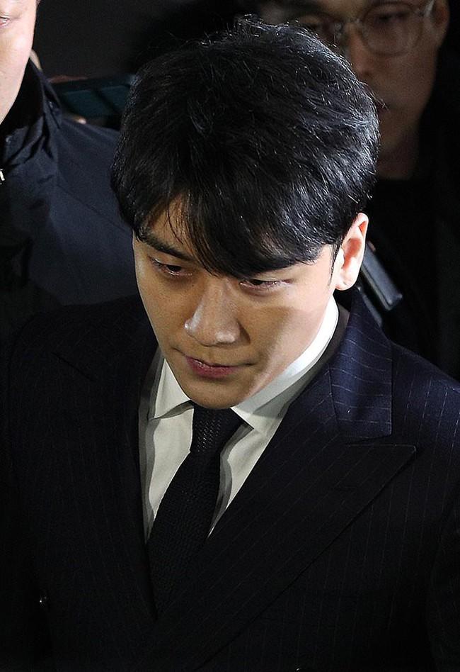 Seungri và Jung Joon Young rời sở cảnh sát sau gần 20 tiếng thẩm vấn, tiết lộ chuyện giao nộp bằng chứng điện thoại vàng  - Ảnh 1.