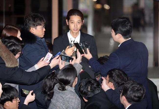 Seungri và Jung Joon Young rời sở cảnh sát sau gần 20 tiếng thẩm vấn, tiết lộ chuyện giao nộp bằng chứng điện thoại vàng  - Ảnh 2.
