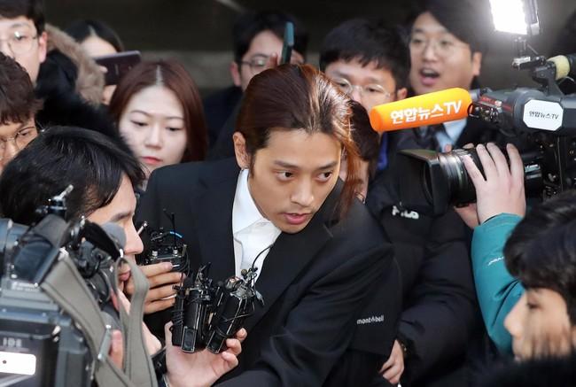 Seungri và Jung Joon Young rời sở cảnh sát sau gần 20 tiếng thẩm vấn, tiết lộ chuyện giao nộp bằng chứng điện thoại vàng  - Ảnh 3.