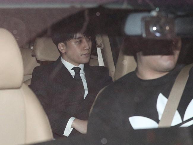 Seungri và Jung Joon Young rời sở cảnh sát sau gần 20 tiếng thẩm vấn, tiết lộ chuyện giao nộp bằng chứng điện thoại vàng  - Ảnh 4.