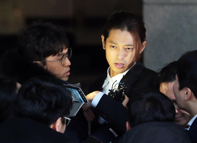 Seungri và Jung Joon Young rời sở cảnh sát sau gần 20 tiếng thẩm vấn, tiết lộ chuyện giao nộp bằng chứng điện thoại vàng  - Ảnh 6.