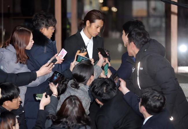 Seungri và Jung Joon Young rời sở cảnh sát sau gần 20 tiếng thẩm vấn, tiết lộ chuyện giao nộp bằng chứng điện thoại vàng  - Ảnh 7.