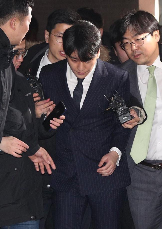 Seungri và Jung Joon Young rời sở cảnh sát sau gần 20 tiếng thẩm vấn, tiết lộ chuyện giao nộp bằng chứng điện thoại vàng  - Ảnh 8.