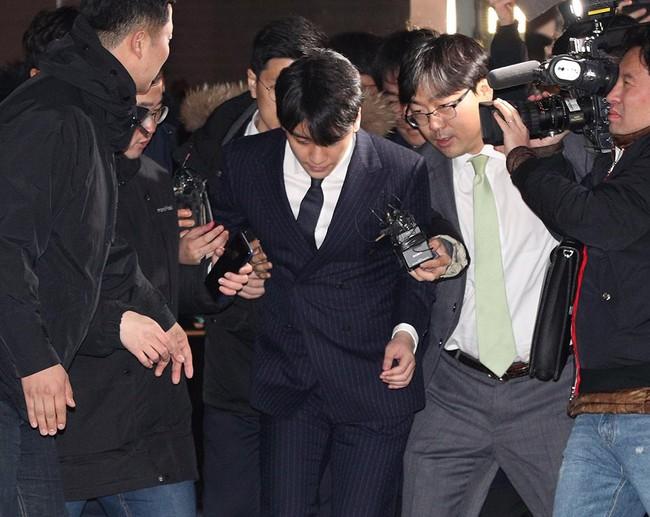 Seungri và Jung Joon Young rời sở cảnh sát sau gần 20 tiếng thẩm vấn, tiết lộ chuyện giao nộp bằng chứng điện thoại vàng  - Ảnh 10.