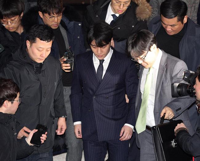 Seungri và Jung Joon Young rời sở cảnh sát sau gần 20 tiếng thẩm vấn, tiết lộ chuyện giao nộp bằng chứng điện thoại vàng  - Ảnh 11.
