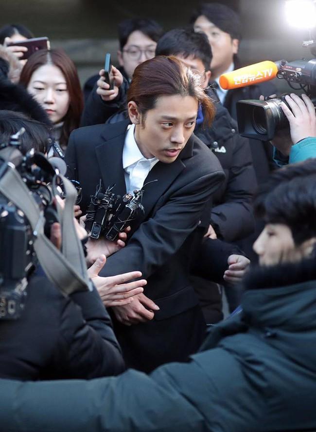 Seungri và Jung Joon Young rời sở cảnh sát sau gần 20 tiếng thẩm vấn, tiết lộ chuyện giao nộp bằng chứng điện thoại vàng  - Ảnh 12.