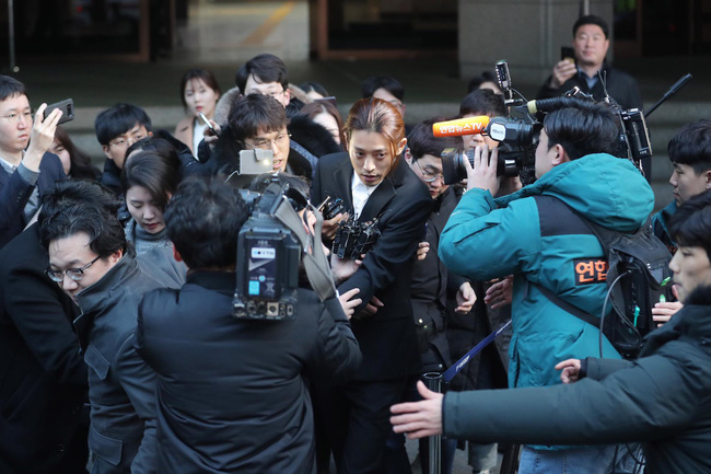 Seungri và Jung Joon Young rời sở cảnh sát sau gần 20 tiếng thẩm vấn, tiết lộ chuyện giao nộp bằng chứng điện thoại vàng  - Ảnh 13.