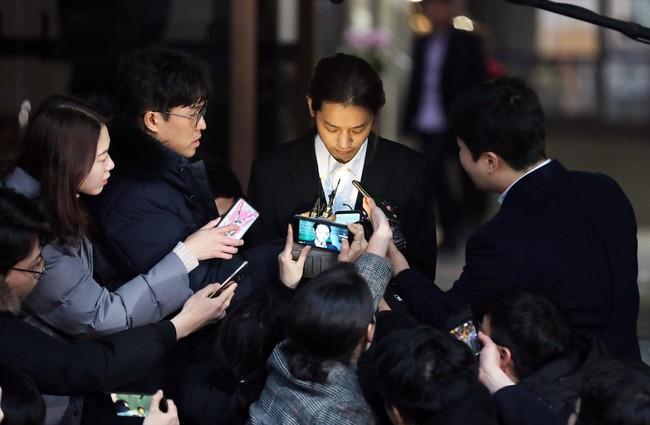 Seungri và Jung Joon Young rời sở cảnh sát sau gần 20 tiếng thẩm vấn, tiết lộ chuyện giao nộp bằng chứng điện thoại vàng  - Ảnh 14.