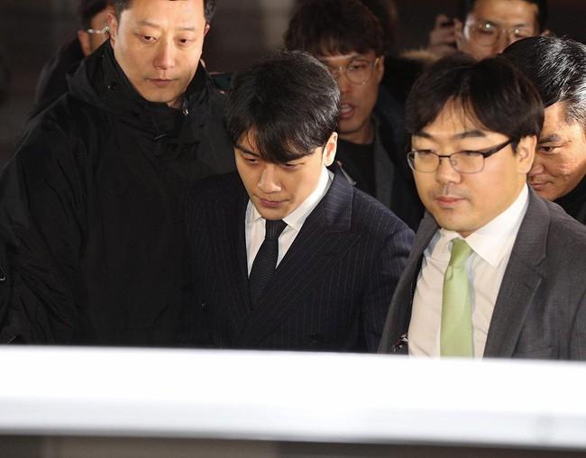 Seungri và Jung Joon Young rời sở cảnh sát sau gần 20 tiếng thẩm vấn, tiết lộ chuyện giao nộp bằng chứng điện thoại vàng  - Ảnh 15.