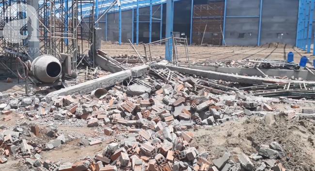 Hiện trường vụ sập bức tường rộng 400m2, 6 người chết, nhiều người bị vùi lấp trong gạch đá - Ảnh 9.