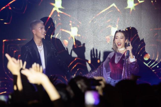 Emily - BigDaddy khóa môi nồng cháy trước 1000 khán giả trong đêm Valentine Trắng - Ảnh 1.