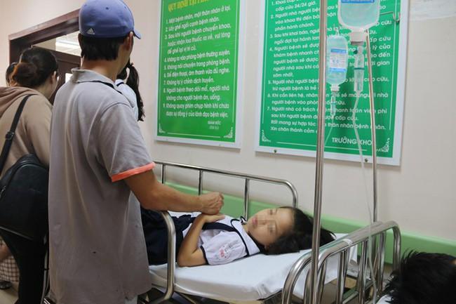 Tổ chức tiệc sinh nhật tại lớp, 38 học sinh lớp 2 nhập viện cấp cứu - Ảnh 1.