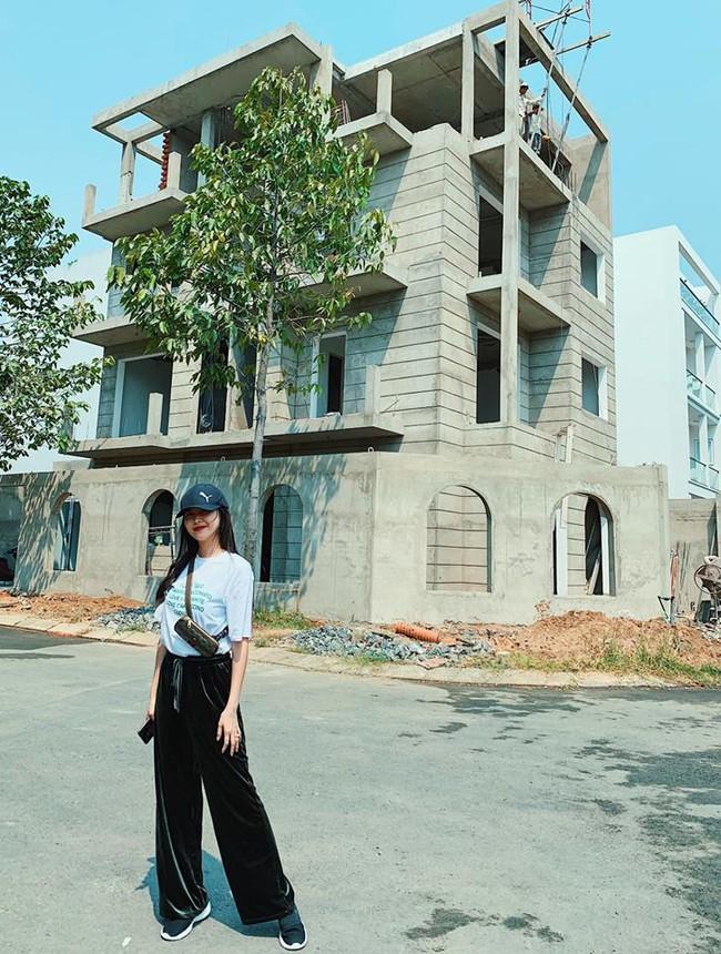 Hot mom Thủy Anh - bà xã ca sĩ Đăng Khôi hồi hộp khoe biệt thự mới đang xây, 4 tầng to đẹp lộng lẫy như lâu đài - Ảnh 1.