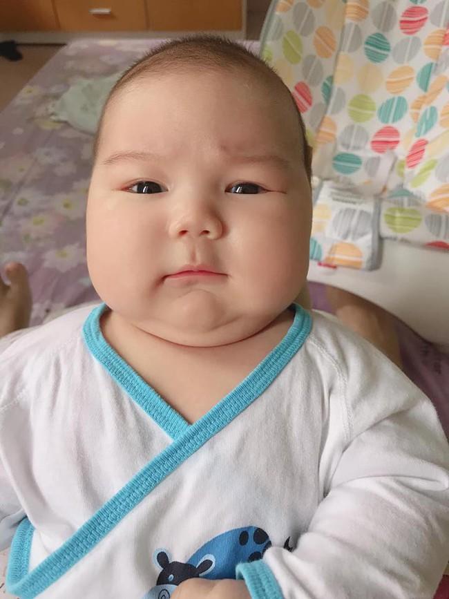 Đằng sau hình ảnh em bé bú sữa mẹ hoàn toàn trong 2 tháng mà tăng gấp đôi số cân là hành trình gian nan vì... sữa quá nhiều của mẹ 9X - Ảnh 1.