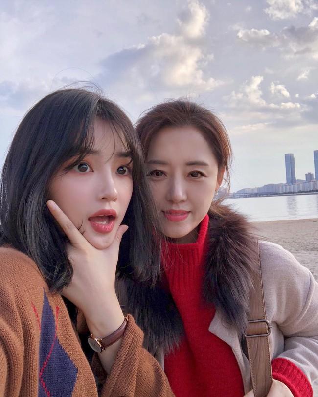 2 mẹ con hotgirl Hàn Quốc gây sốt MXH sau 3 năm: Từng trông như chị em nhưng nhan sắc hiện tại lại quá khác biệt - Ảnh 11.