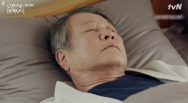Tập cuối Phụ lục tình yêu: Lee Jong Suk rơi nước mắt nhìn bố nuôi qua đời trong cô độc - Ảnh 4.