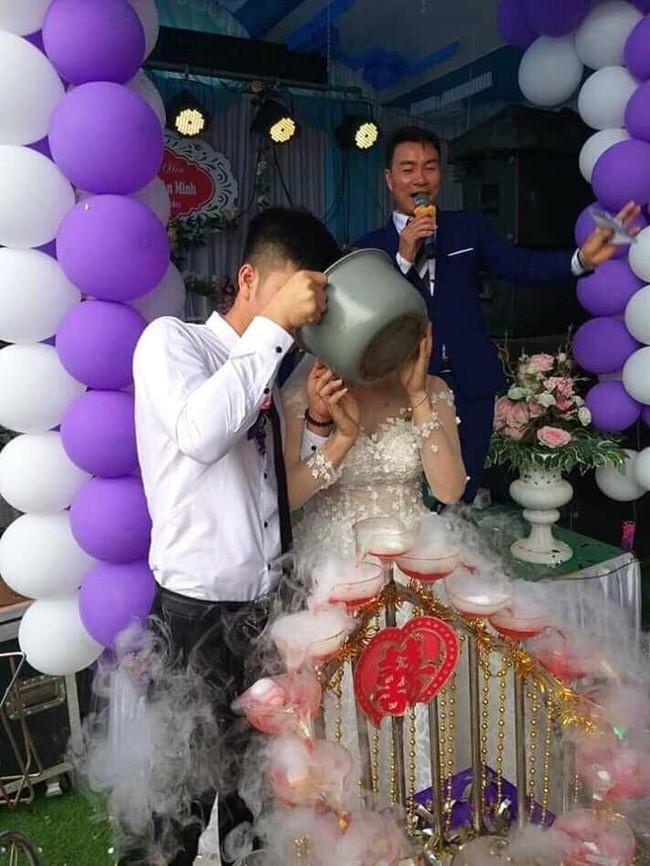 Sắm con dao bự để cắt bánh cưới, nhưng cô dâu chú rể khiến dân mạng cười tê mồm vì uống rượu bằng nồi cơm điện - Ảnh 1.