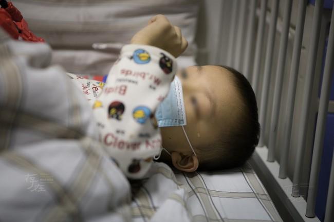 """Bé trai 1 tuổi bị chẩn đoán ung thư bạch cầu, bác sĩ khẳng định """"kẻ sát nhân"""" ẩn mình ngay trong căn nhà mới xây của gia đình - Ảnh 1."""