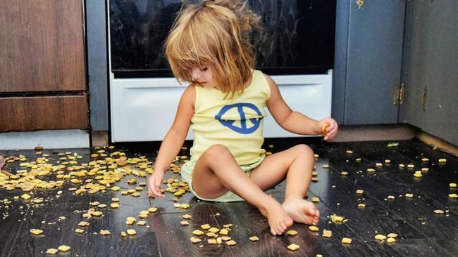 Mẹ đừng vội giận nếu con nghịch ngợm bởi có 8 trò thực chất lại rất tốt cho sự phát triển của con - Ảnh 1.