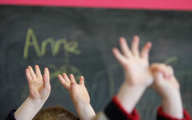Bức xúc với hình phạt của giáo viên dành cho trẻ mầm non không nghe lời: Lột quần áo và bắt đứng trong tủ quần áo - Ảnh 2.