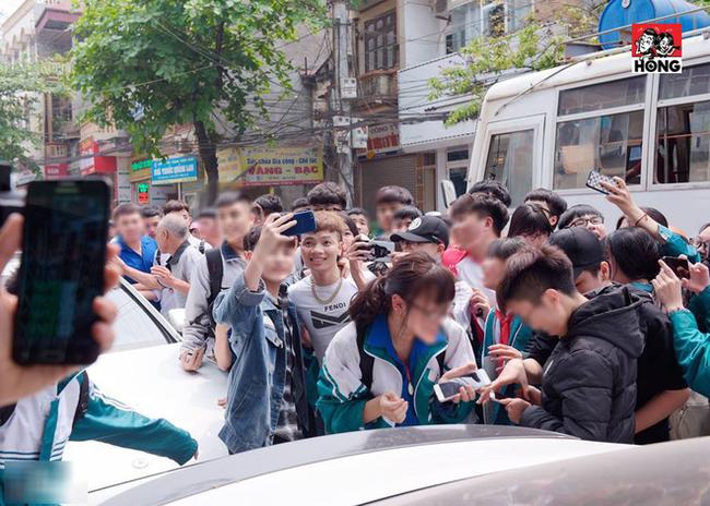 hình ảnh phụ huynh nên lo ngại: Cả dàn học sinh mặc đồng phục nhà trường háo hức đón dân chơi Khá Bảnh - Ảnh 2.