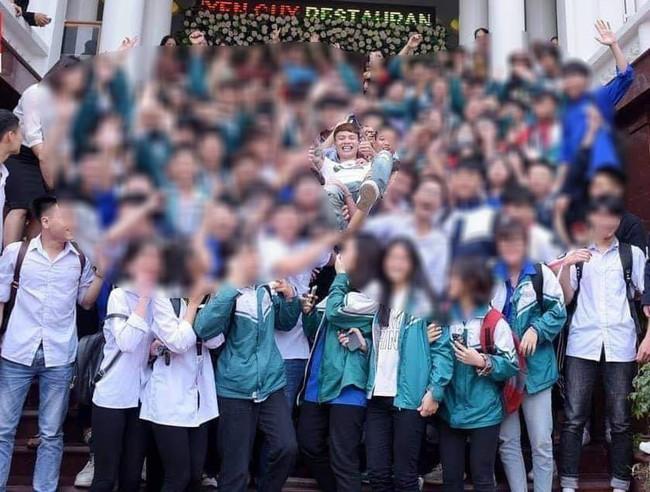 hình ảnh phụ huynh nên lo ngại: Cả dàn học sinh mặc đồng phục nhà trường háo hức đón dân chơi Khá Bảnh - Ảnh 4.
