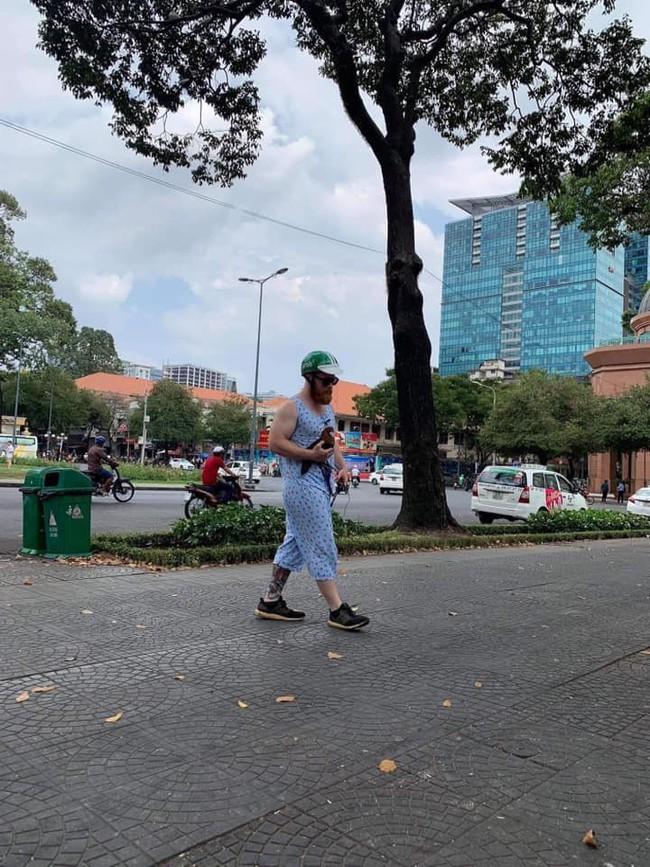 Ai cũng cười khi thấy anh Tây mặc đồ bộ, đội mũ Grab, bế gà đi dạo giữa phố Sài Gòn, hóa ra lý do là... - Ảnh 1.