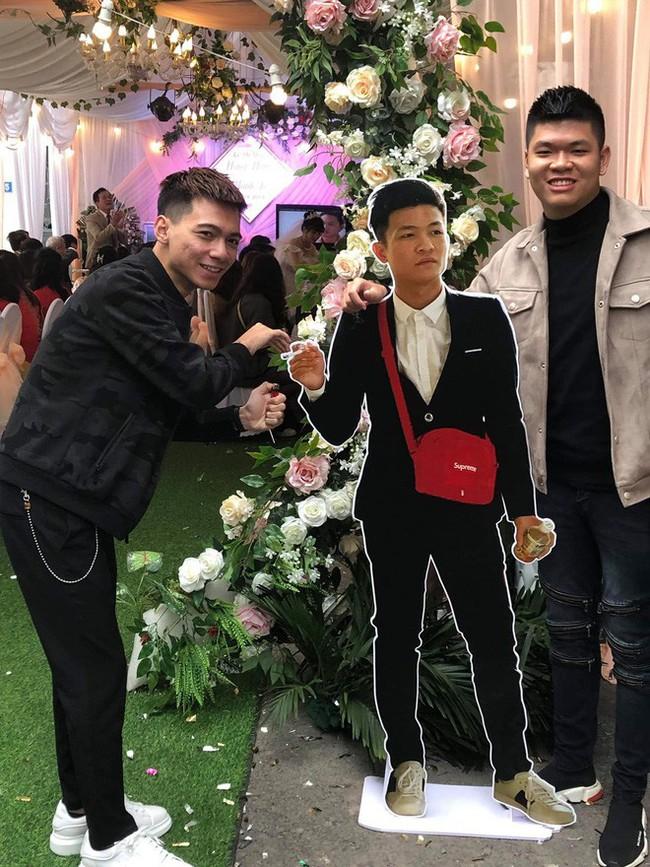 Dự đám cưới mà chẳng mất phong bì, đây là cách thanh niên xuất hiện ấn tượng ở hôn lễ bạn thân - Ảnh 1.