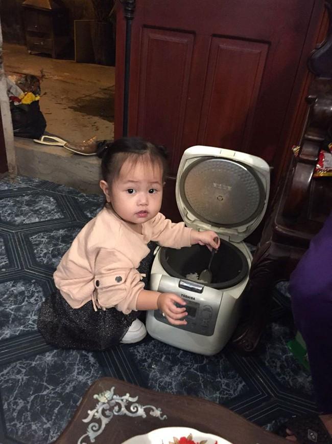 Mẹ trẻ kể khổ khi con nhỏ theo vào tận WC, ai ngờ dân mạng lại bị đốn tim vì sự dễ thương của cô bé - Ảnh 7.