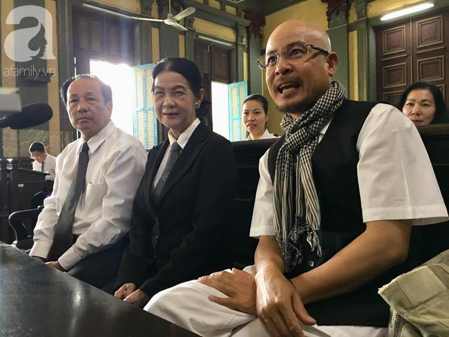 Ngày thứ 5 xét xử vụ ly hôn Trung Nguyên: Ông Vũ tươi cười đến tòa, bà Thảo tiếp tục căng thẳng - Ảnh 7.