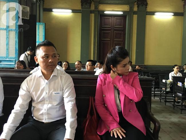 Ngày thứ 5 xét xử vụ ly hôn Trung Nguyên: Ông Vũ tươi cười đến tòa, bà Thảo tiếp tục căng thẳng - Ảnh 9.