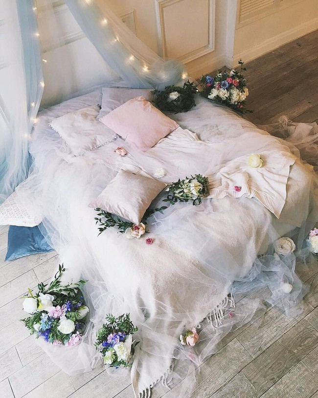 Trang trí giường cưới đẹp ngọt ngào và lãng mạn với hoa tươi - Ảnh 2.