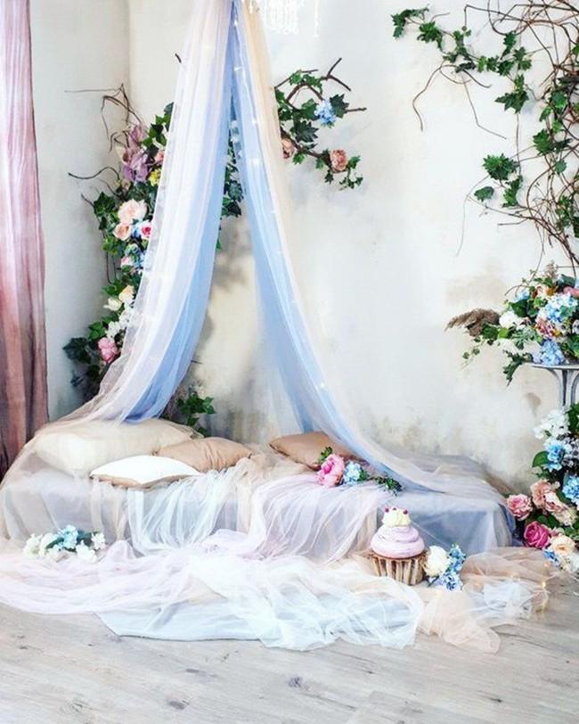 Trang trí giường cưới đẹp ngọt ngào và lãng mạn với hoa tươi - Ảnh 1.