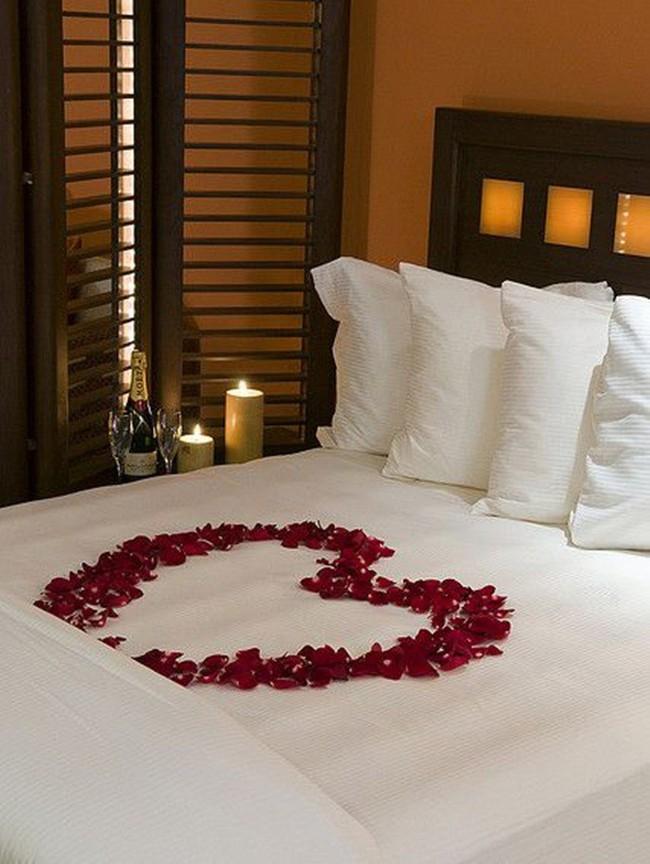 Trang trí giường cưới đẹp ngọt ngào và lãng mạn với hoa tươi - Ảnh 3.
