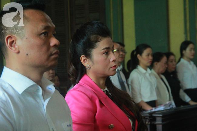 Ngày thứ 5 xét xử vụ ly hôn Trung Nguyên: Ông Vũ tươi cười đến tòa, bà Thảo tiếp tục căng thẳng - Ảnh 1.