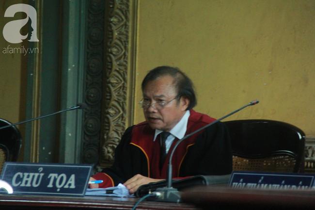 Ngày thứ 5 xét xử vụ ly hôn Trung Nguyên: Ông Vũ tươi cười đến tòa, bà Thảo tiếp tục căng thẳng - Ảnh 2.